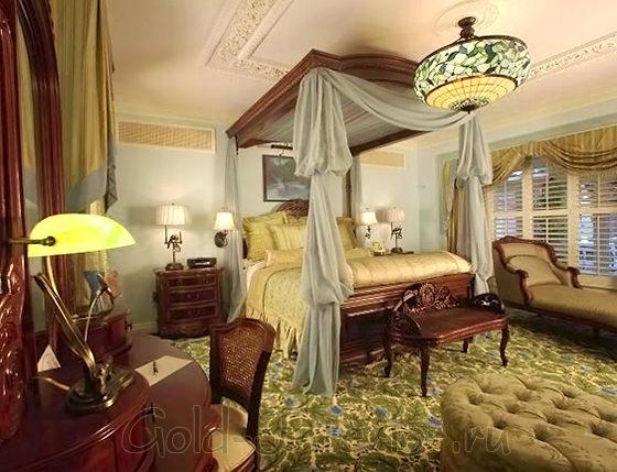 Освещение и балдахин в спальне викторианского стиля