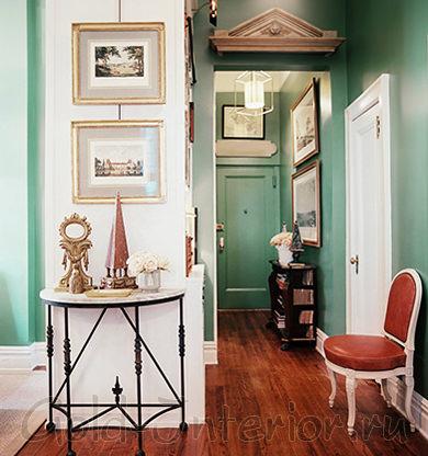 На фото оттенки мяты и крепкого чая в декоре коридора