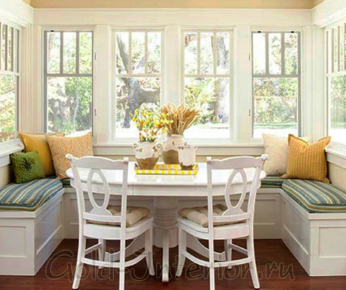 Овальный стол и угловые диваны в кухне 12 кв.м.