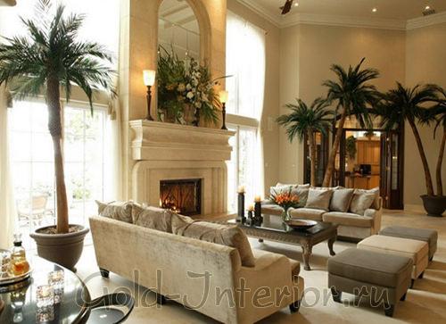 Искусственные пальмы в интерьере просторной гостиной