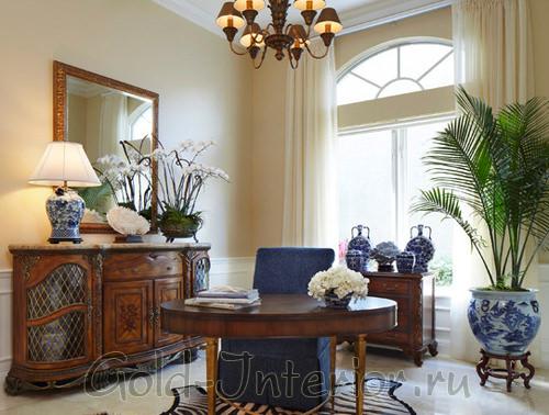 Декоративное пальмовое дерево в домашнем кабинете