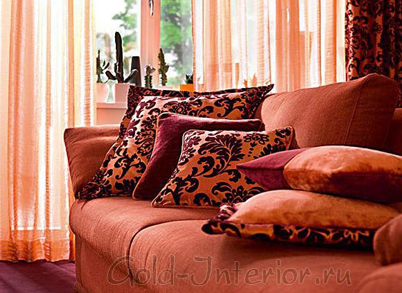 Персиковый диван с сочной розовинкой