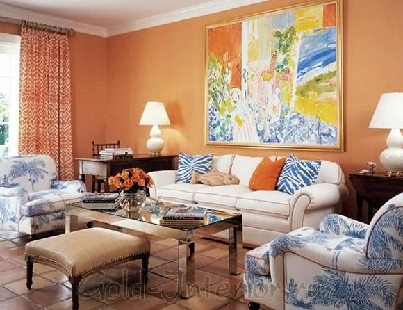 Персиковый и синий цвета в оформлении гостиной