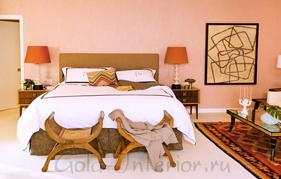 Персиковый, охристый и чёрный в декоре спальни