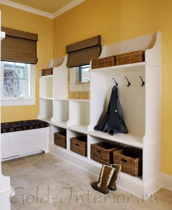 Плетёные корзинки и секционный шкаф белого цвета