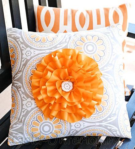 Плисированный цветок на подушке, сделанный своими руками