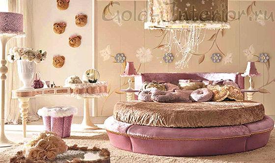 Подиум круглой кровати обшит розовым плюшем
