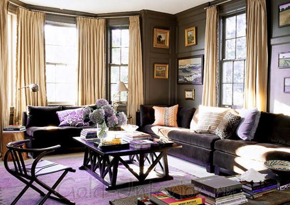 Подушки оттенка персика и сирени на диване цвета венге