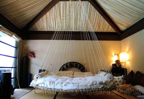 Необычная подвесная кровать в спальне