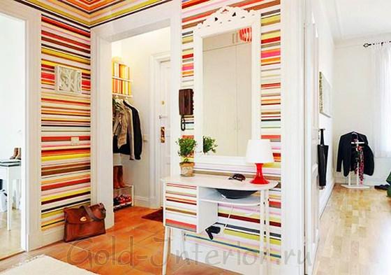 Полоски на обоях в декоре интерьера коридора в квартире