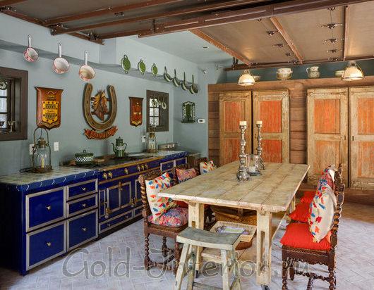 Полуночно-синий, мандариновый и красный в оформлении кухни