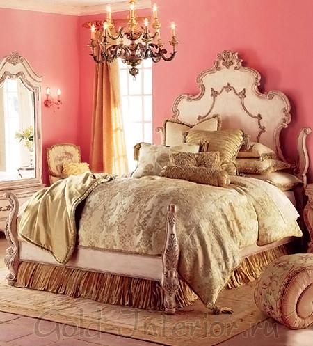 Постельное бельё выполнено в классическом стиле