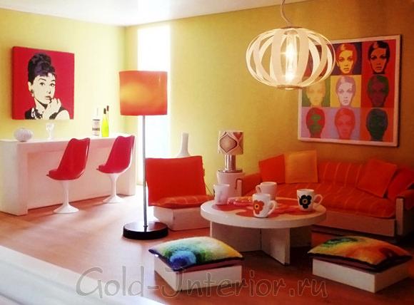 Постеры на стенах в красочной ретро-гостиной