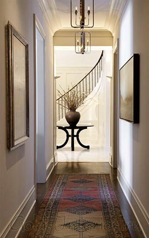 Потолок в дизайне интерьера узкого коридора