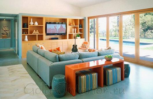 Применение в интерьере гостиной голубого и цвета охры