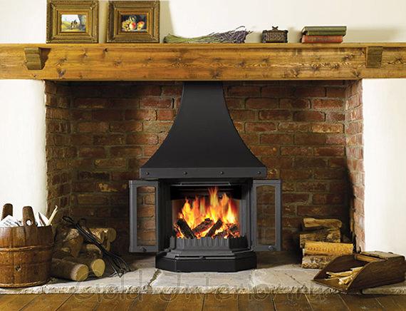 Пристенный дровяной камин в интерьере стиля кантри