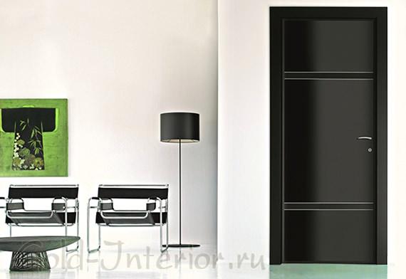 Простая чёрная дверь в интерьере