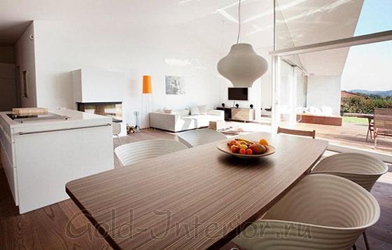 Просторная кухня, совмещённая с гостиной комнатой в доме