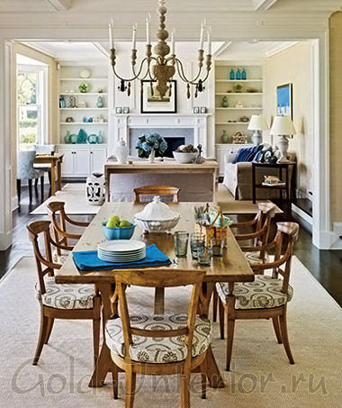 Прямоугольный деревянный стол в гостиной-столовой