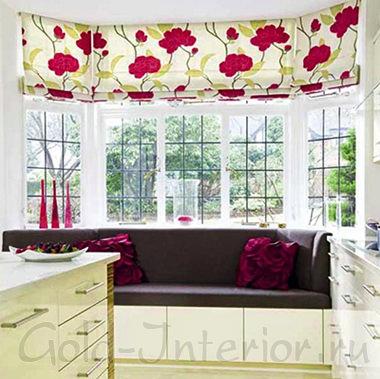 Прямой диван в оформлении кухни с эркером