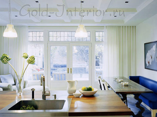 Прямой, узкий, компактный диван в интерьере кухни-столовой-гостиной