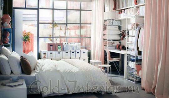 Рабочая зона и спальня отеделены белыми шторами