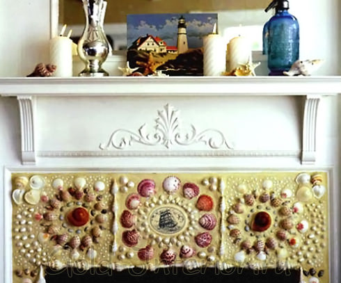 Ракушки-мозаика украшают камин