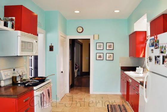 Разбавленный бирюзовый цвет в сочетании с красным в интерьере кухни