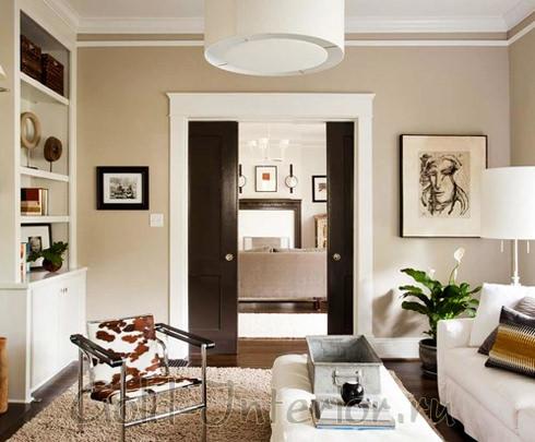 Раздвижные двери в маленькой гостиной для экономии места