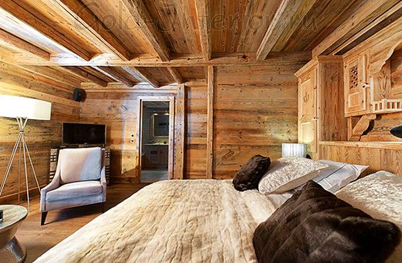 Разный по текстуре текстиль на кровати в стиле шале