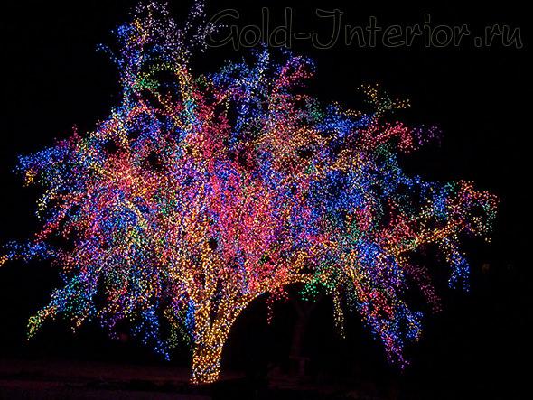Разноцветная светодиодная сетка в декоре дерева