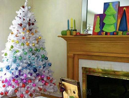 Разноцветные полосы игрушек на белой ёлке