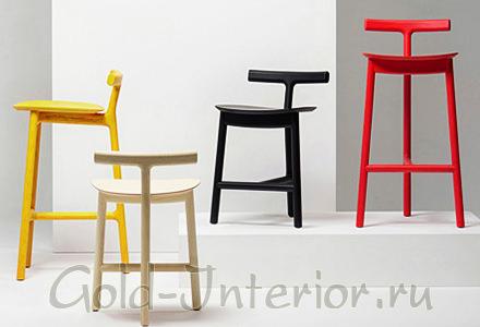 Разноцветные стулья на трёх ножках
