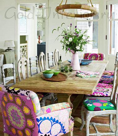 Разномастные стулья в дизайне столовой