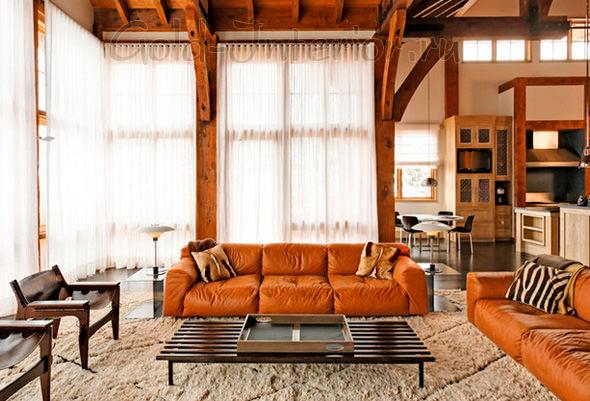 Рыжий диван в гостиной + анимальные принты