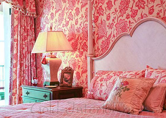 Розовые обои в стиле рококо в спальне