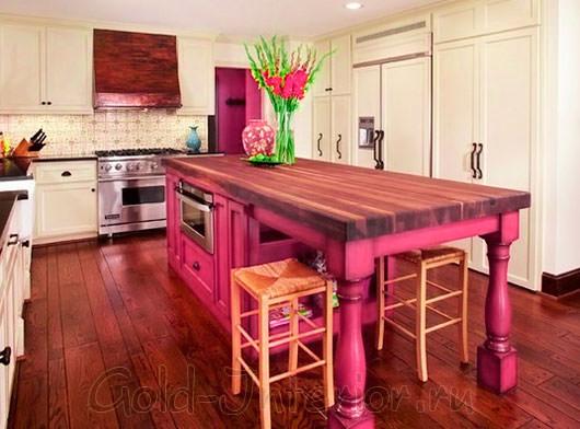 Массивный деревянный стол розового цвета