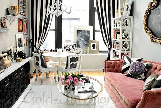 Розовый диван, полосатый принт, зеркало с люстрой в стиле рококо