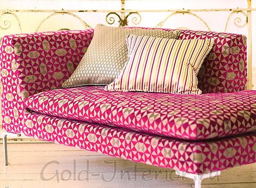 Розовый диван с орнаментом и подушками оттенка шампань
