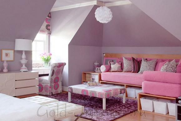 Тёмно-розовый диван в окружении светло-фиолетовых стен
