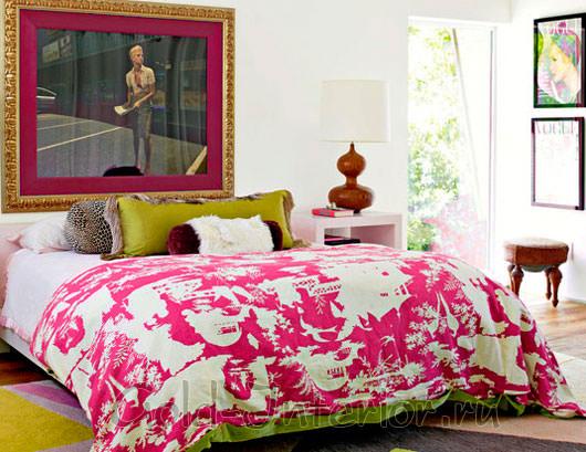 Розовый текстиль в спальной комнате