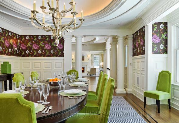 Салатовые мягкие стулья в просторной столовой