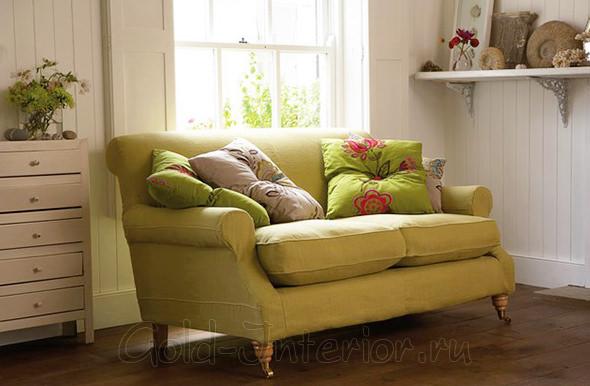 Салатовые подушки + горчичный диван