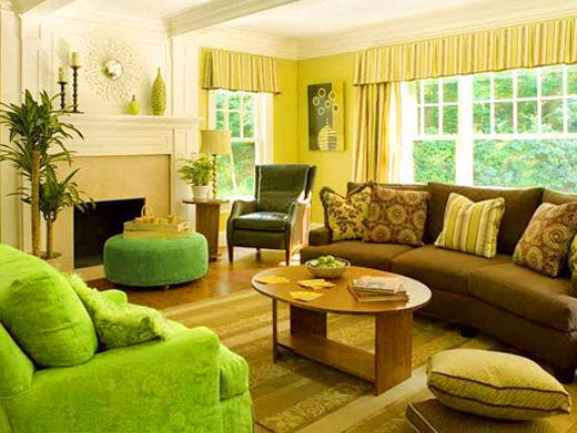 Салатовый диван + природные оттенки в интерьере гостиной