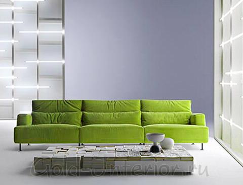 Салатовый диван на светлом сером фоне