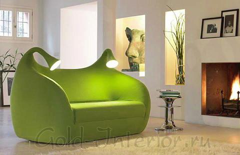 Салатовый диван необычной формы с лампами по бокам
