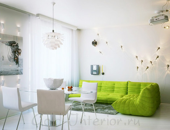 Салатовый диван в белом интерьере