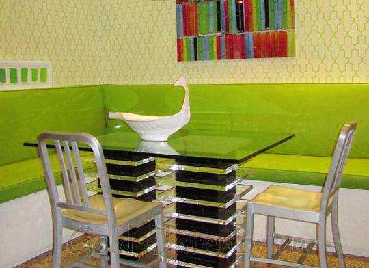 Салатовый диван в оформлении кухни