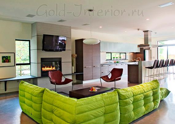 Салатовый диван в просторном интерьере