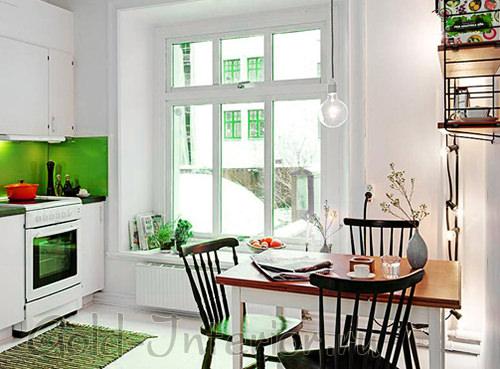 Салатовый кухонный фартук + белые стены и мебель